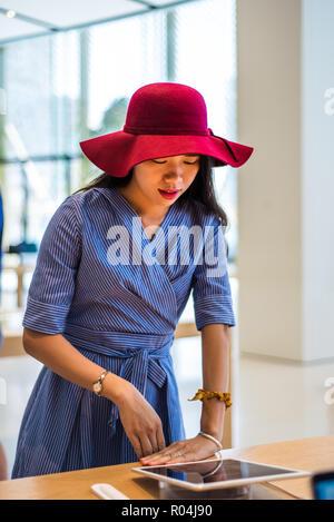 Asiatische Mädchen Einkaufen in einem Elektronikfachgeschäft - Stockfoto