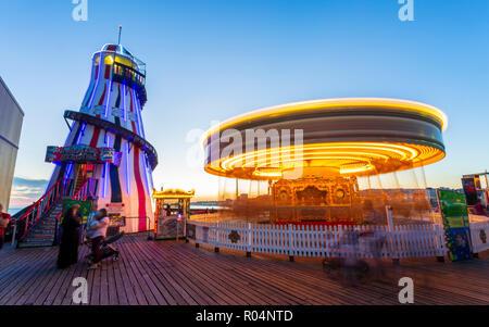 Brighton Palace Pier in der Dämmerung, Brighton, East Sussex, England, Vereinigtes Königreich, Europa - Stockfoto