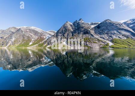 Die schneebedeckten Berge in den ruhigen Wassern der Nordfjord wider, tief im Inneren der Melfjord, Norwegen, Skandinavien, Europa - Stockfoto