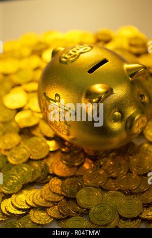 Spardosen und Goldmünzen - Stockfoto