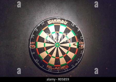 Dart Board in einem pub Spiel - Stockfoto