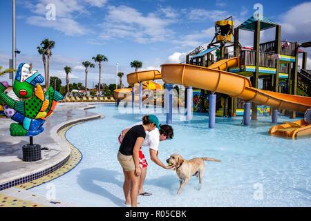 Miami Florida Grapeland Wasser Park Dog-A-Pool-Ooza Black Beard Strand Künstler Romero Britto Skulptur Wasserrutsche Wasser playgroun - Stockfoto