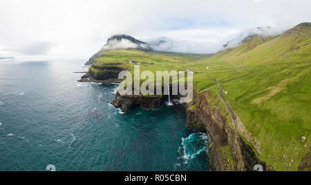 Antenne Panoramablick von Wasserfall und Klippen, Gasadalur, Vagar Island, Färöer, Dänemark - Stockfoto