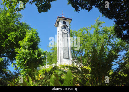 Vor dem Krieg Atkinson Uhrenturm mit grünem Laub in der Stadt Kota Kinabalu, Sabah, Malaysia. - Stockfoto
