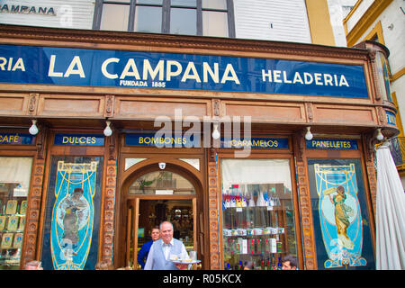 Sevilla, Spain-October 16, 2017: Romantische spanisches Restaurant im Herzen der Altstadt - Stockfoto