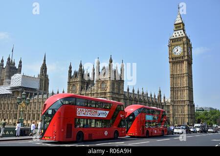 LONDON, VEREINIGTES KÖNIGREICH - Juni 2016 - zwei doubledeckers vor Häusern des Parlaments in London. - Stockfoto