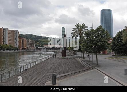 Bilbao Downtown mit Fluss Nervion und Promenade, Baskenland, Spanien. - Stockfoto