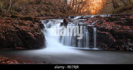 Zwei bild Panorama von einem Wasserfall entlang der Nedd Fechan, Brecon Beacons, Oktober 2018
