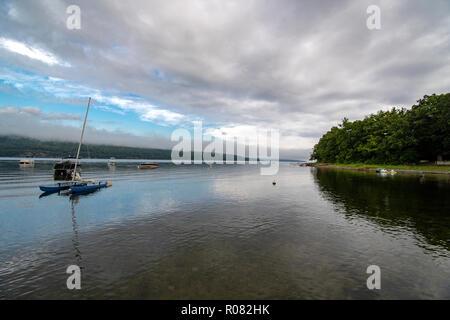 Kleine Bucht mit Booten an einem bewölkten Morgen - Stockfoto