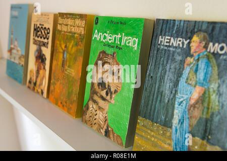 Alte Bücher im Regal - Stockfoto