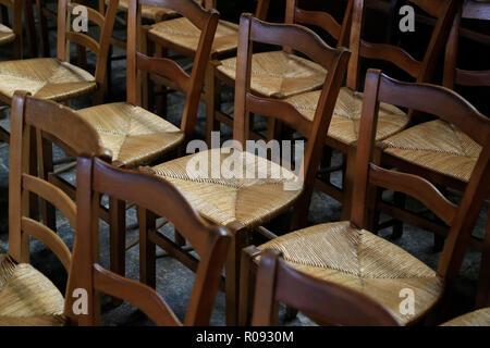 Zeilen der wicker Kirche oder Schule Stühlen. - Stockfoto