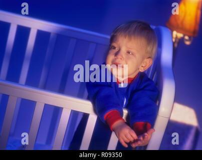 Baby in einer Krippe in der Nacht Wer hat Probleme mit dem Einschlafen und Schlafen - Stockfoto
