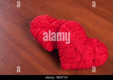 Zwei rote Faden Herzen closeup auf Holz- Hintergrund - Stockfoto
