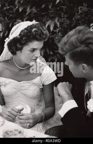 Jacqueline Bouvier Kennedy und Senator John F. Kennedy sprechen bei ihrer Hochzeit, Empfang, Newport, Rhode Island, USA, von Toni Frissell, 12. September 1953 - Stockfoto