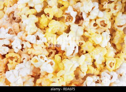 Mais Popcorn Texturansicht aus Glas im Kino shop - Stockfoto