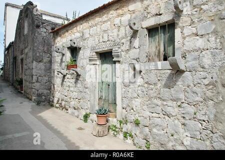 Mali Ston, Halbinsel Peljesac, Dalmatien, Kroatien - 13. September 2018: Straße in der Altstadt. Sie können sehen, vintage Gebäude aus Stein. - Stockfoto