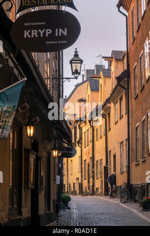 Engen, kopfsteingepflasterten Straße im historischen Altstadt Gamla Stan, Stockholm, Schweden - Stockfoto