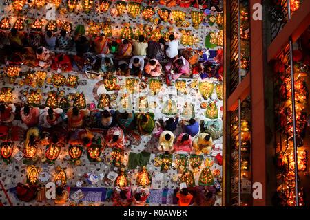 Loknath devotees Licht Lampen und Räucherstäbchen brennen während Rituale an der Loknath Ashram in Dhaka Swamibag. In den letzten 15 Tagen des werden. - Stockfoto