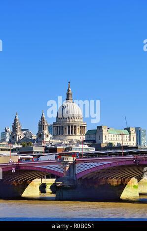 London, England, Vereinigtes Königreich. St. Paul's Cathedral, Sir Christopher Wren's massterpiece auf tudgate Hügel dominiert die Skyline darüber hinaus.