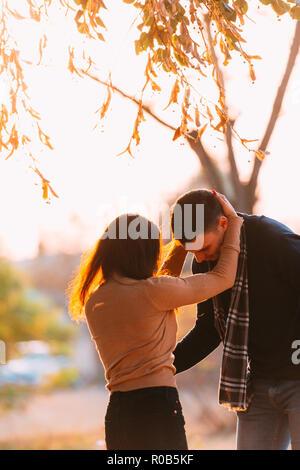 Junge Wilde und freie Paar verbringt einige Zeit in einem Park. - Stockfoto
