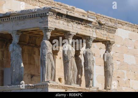 Athen, Griechenland - 28. Oktober 2018: Caryatid Statuen im Erechtheion, Parthenon Tempel, Akropolis - Stockfoto