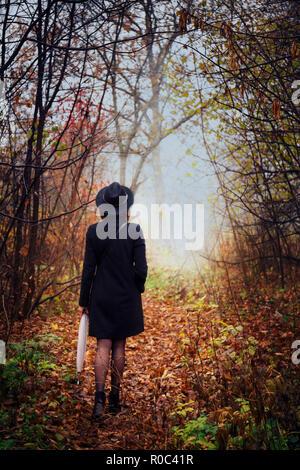 Eine junge Frau schleicht durch die dickichte - Stockfoto