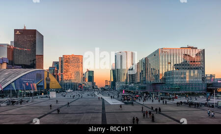 Parvis de la Defense, Quadrat im Business Viertel in Paris. - Stockfoto