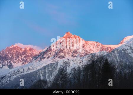 Big Red, Purple Mountain Top auf Sonnenuntergang in den Französischen Alpen, Chamonix, Frankreich - Stockfoto