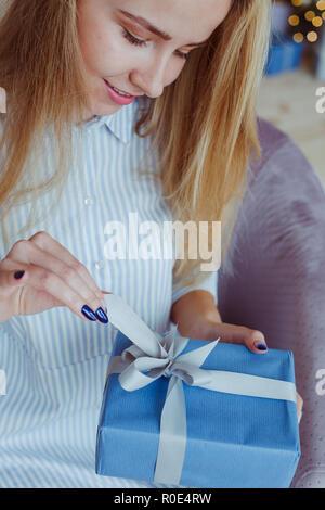 Lächelnde Frau mit Weihnachtsgeschenk box - Stockfoto