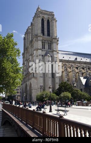 Touristen zu Fuß über die Pont au Double und überquert den Fluss Seine, der Kathedrale Notre Dame, Paris, Frankreich. - Stockfoto