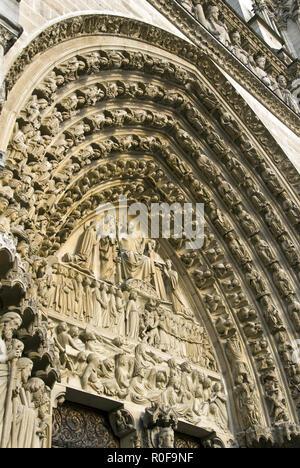 """Das zentrale Portal (Tür), """"Portal des Letzten Gerichts"""", auf Notre Dame west Fassade, Paris, Frankreich. - Stockfoto"""