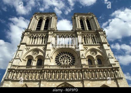 Die Galerie der Könige über dem Portal des letzten Urteils auf Notre Dame west Fassade, Paris, Frankreich. - Stockfoto