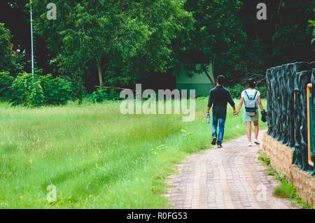 Porträt von zwei freudige Junge liebende Paar in einer grünen Herbst Park auf einen romantischen Sommer Tag. Vor - Hochzeit ehe Engagement Konzept. Zusammen - Stockfoto