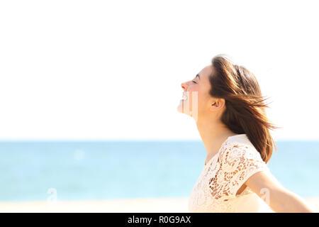 Seitenansicht Porträt eines smiley Dame atmet tief die frische Luft genießen, der Wind am Strand - Stockfoto