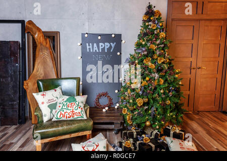 klassische weihnachten und neujahr innenraum mit geschenken und tannenbaum geschm ckt. Black Bedroom Furniture Sets. Home Design Ideas