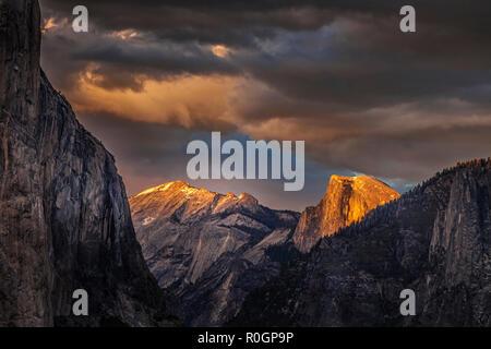 Half Dome aus dem Tunnel Blick Übersehen im Yosemite National Park gesehen - Stockfoto