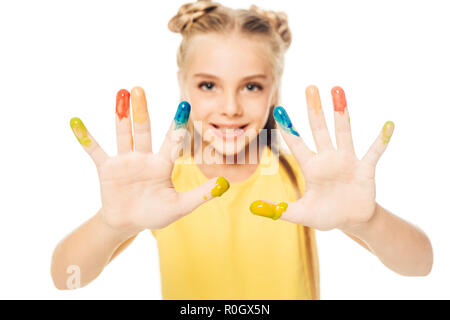 Glückliches Kind, bunt bemalten Händen und lächelnd an der Kamera auf Weiß isoliert - Stockfoto