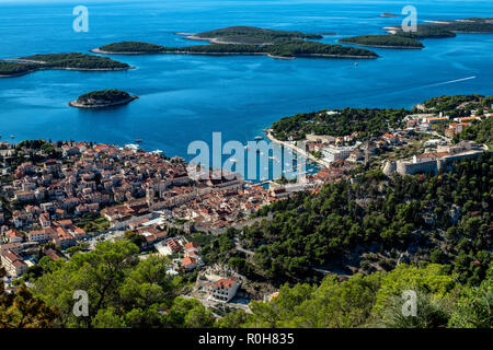 Der Hafen der Stadt Hvar, auf der Insel Hvar Insel in der Adria, Kroatien. - Stockfoto