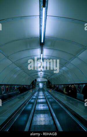 LONDON - 31. Oktober 2018: Rolltreppe Treppe im Tunnel am U-Bahnhof - Stockfoto