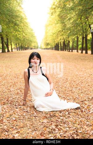 Portrait von schöne asiatische Frau hell lächelnd Outdoor - Stockfoto