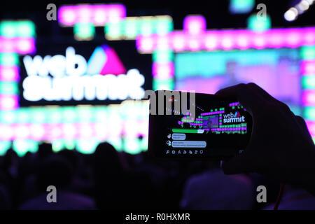Lissabon, Portugal. 5 Nov, 2018. Ein Teilnehmer macht ein Film während des Web Gipfel 2018 in Lissabon, Portugal am 5. November 2018. Credit: Pedro Fiuza/ZUMA Draht/Alamy leben Nachrichten - Stockfoto