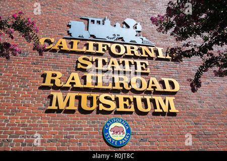 """September 22, 2018 in Sacramento/CA/USA - """"California State Railroad Museum'-Zeichen, das auf der Mauer des Museumsgebäudes - Stockfoto"""