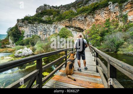 Der Mensch die Natur genießen mit Hund in den Nationalpark Krka, Kroatien. - Stockfoto