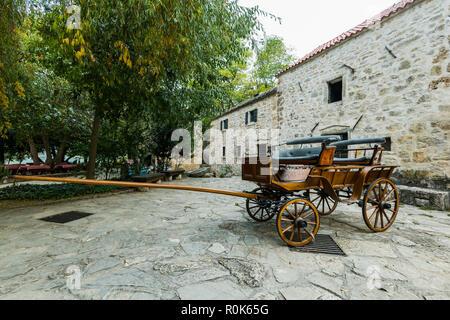 Krka, Kroatien - Oktober, 2018: hölzerne Pferd Warenkorb in Wassermühle, Krka, Kroatien. - Stockfoto