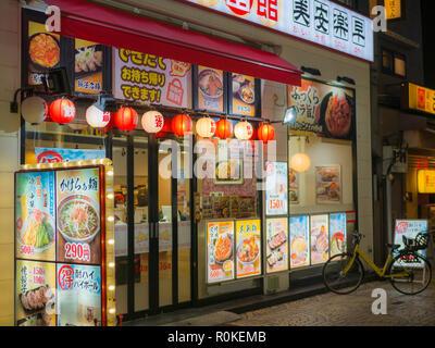 Tokio, Japan. September 12, 2018. Eine japanische Ramen noodle Restaurant mit Fotos von verschiedenen Gerichten in der Asakusa Viertel von Tokio, Japan. - Stockfoto