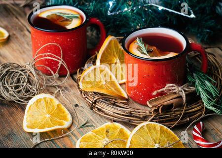 Weihnachten Getränk (im Winter warme Getränke). Glühwein, Punsch und Gewürze für glintwine auf vintage Holztisch Hintergrund der Ansicht von oben. - Stockfoto