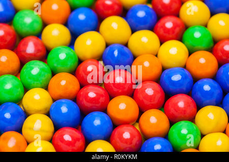 Bunte Runde Bonbons Bälle in einem Haufen. - Stockfoto