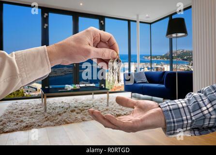Immobilienmakler, Haus, um Käufer in modernen Wohnzimmer mit großen Fenstern - Stockfoto