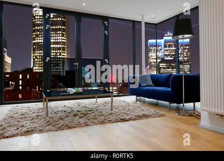 Modernes Wohnzimmer mit großen Fenstern und Blick auf die Stadt Panorama. Es gibt Weg für Windows - Stockfoto