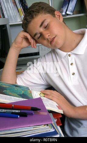 Teenage Schüler Einschlafen über seine Hausaufgaben - Stockfoto
